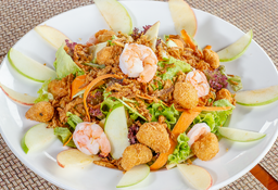 Sea Food Salad y agua manantial