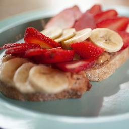 Tostada de Maní y Frutas