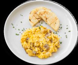 Huevo revueltos con maíz, tocino y queso paipa