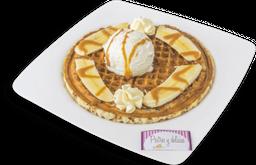 Waffle  banano con arequipe con helado.