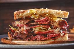 Sándwich pastrami de res