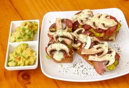 X2 Tostadas gratinadas con salami y champiñones