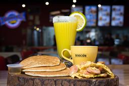 Pancakes con huevo y salchicha🥞🧀 + jugo y café