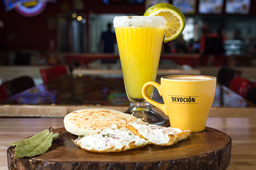Arepa con huevo frito + jugo de naranja + café