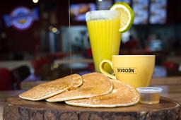Panquecas con maple + jugo de naranja + café