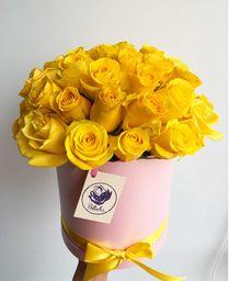 Caja rosada con rosas amarillas