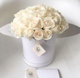 Caja blanca con rosas blancas
