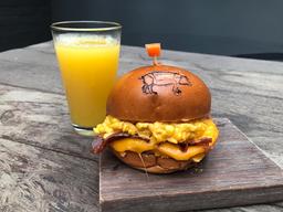 Bacon and Egg Sándwich y Jugo