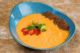 🥣Sopa Fría de Tomates con Falafel y Pistachos🍅