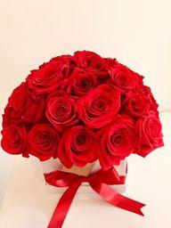 Caja cuadrada blanca con aproximadamente 40 rosas