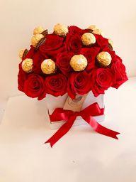 Caja cuadrada blanca con 40 rosas y ferrero