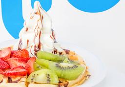 Waffle con helado de yogurt y fruta