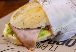 Sándwich de Jamón Ahumado en Pan de Finas Hierbas
