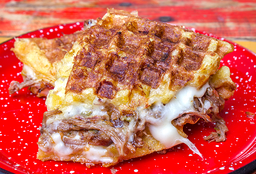 Waffle de Chócolo con Carne Desmechada