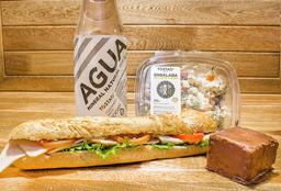 Almuerzo: Sándwich, Ensalada, Agua, Blondie