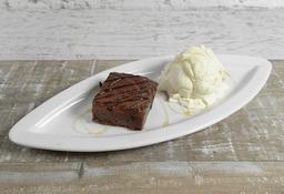Brownie Caliente con Helado y Salsa
