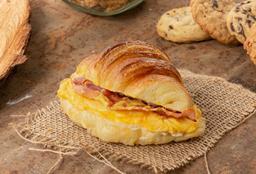 Croissant con Huevos, Tocineta y Salsa de Queso