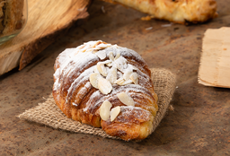 Croissant de Almendras + Café americano