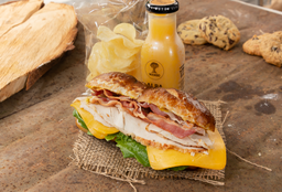 Sándwich + Papas Chips + Bebida + Regalo producto laminado!