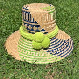 Sombrero wayuu tejido en hoja de palma con trenza y 3 pompones