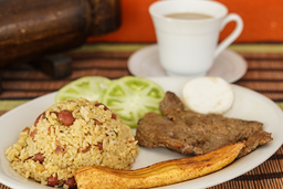 Calentado, o arroz blanco con filete o lomo