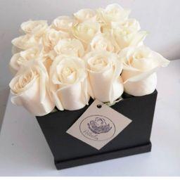 Caja negra 16 rosas blancas
