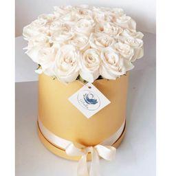 Caja dorada rosas blancas