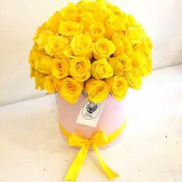 Caja rosada rosas amarillas