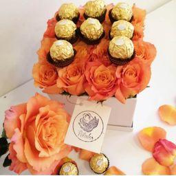 Caja blanca con 16 rosas salmón y ferrero