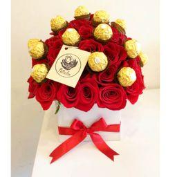 Caja blanca 40 rosas rojas y ferrero