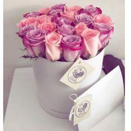 Caja cilíndrica blanca rosas rosadas y lila