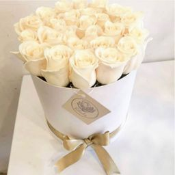 Caja cilíndrica blanca con rosas blancas