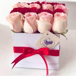 Caja cuadrada blanca 16 rosas rosadas y rojas