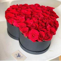 Corazón con rosas rojas