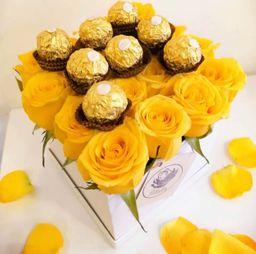 Caja cuadrada blanca con 16 rosas amarillas y ferrero