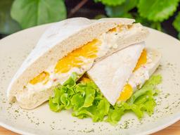 Sandwich De Pollo Con Durazno