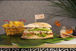 Sándwich de Pollo Desmechado con Tocineta + Papas