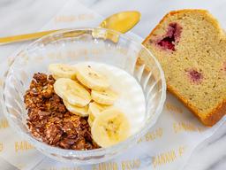 BananaBread Bowl + Yogurt Griego + Banano