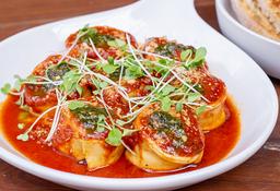 Tortellini caprese con jamón serrano en salsa Pomodoro