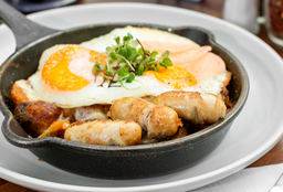 Huevos estrellados sobre papas al romero