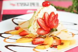Crepe de fresas y melocotón con helado
