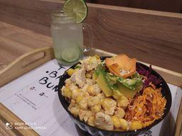 Poke Pollo Curry y  Limonada natural