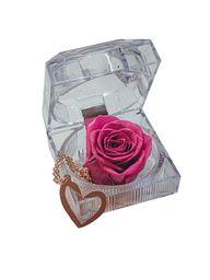 Cofre de rosa preservada morada con collar de corazón