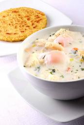 Caldo con Huevo y Arepa