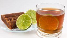 Agua de panela con limón y jengibre.