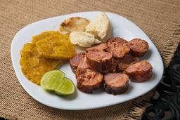 Chorizo con Patacón y Arepa
