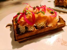 Wafle belga con salmon