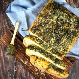 Focaccia con Pesto de albahaca y Mozzarella