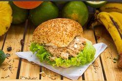 Sándwich de pollo más te frutos rojos