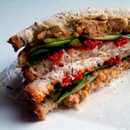 Sandwich con pasta de garbanzo